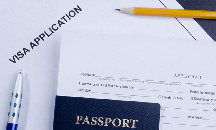 Đại sứ quán hỗ trợ công dân thực hiện các loại giấy tờ.