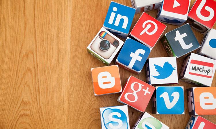 Liên lạc với bạn bè và người thân tại Singapore qua mạng xã hội