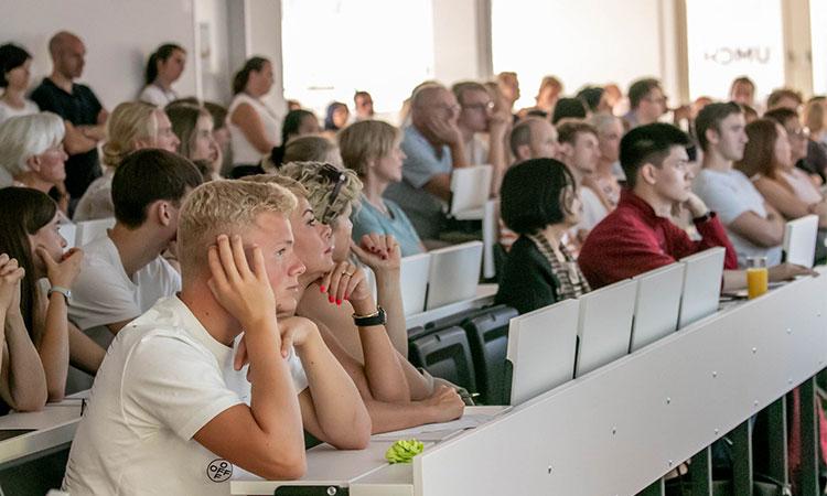 Sinh viên sẽ nhận được những thông tin hữu ích liên quan đến ngành học và chương trình học cụ thể